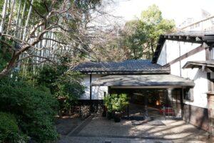 白鳳館は庭園の奥に建つ。独立した建物