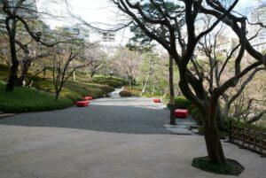 ジュールから中庭へ。フロア全体と中庭を貸切ることができるので多様な企画が可能